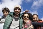 Familia feliz con cielo azul de fondo